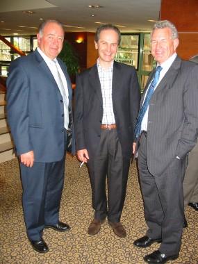 De gauche à droite: Georges de GERAUVILLIERS Gérant de ETIC (TCM France), Etienne VAN DER VAEREN le nouveau Président de TCM et Keith GOODALL le Président sortant.