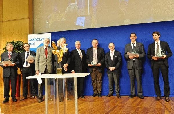 A partir du centre, de gauche à droite : Jean-Louis CHAMBON, Jean-Marc DANIEL, lauréat, le Ministre Bernard CAZENEUVE, Jean-Luc BUCHALET, mention d'honneur, Pierre SABATIER, Prix du Jeune talent.